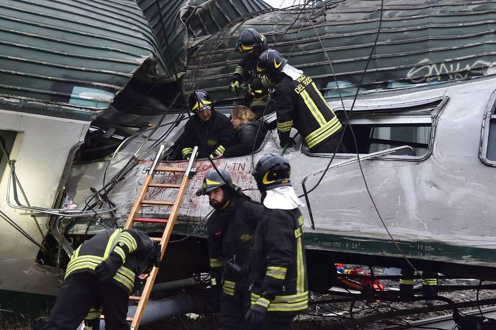 Trem descarrilha perto de Milão, causando ao menos 2 mortes (FOTOS, VÍDEO)