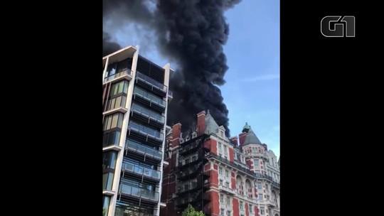 Bombeiros tentam controlar incêndio em hotel de luxo em Londres