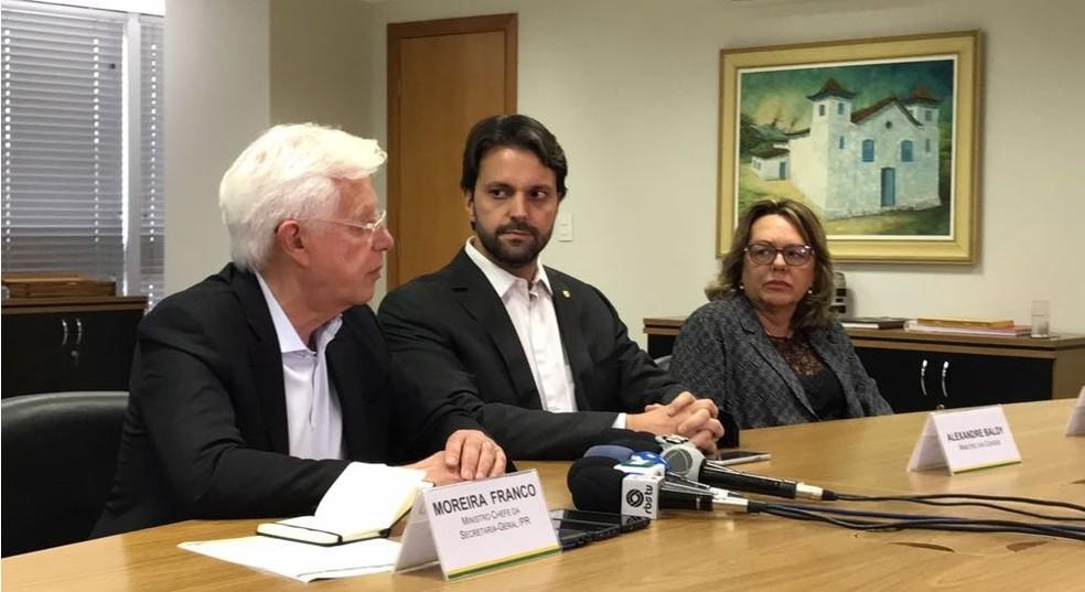 Os ministros Moreira Franco (esq.) e Alexandre Baldy (centro) durante anúncio nesta quinta (8) (Foto: Guilherme Mazui/G1)
