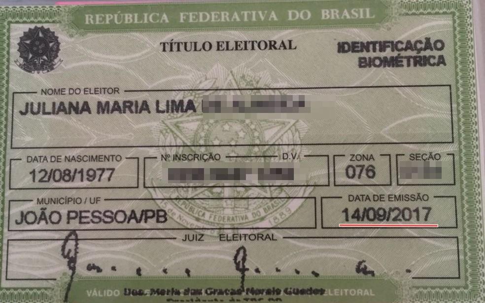 Juliana tem cédula de título emitido em setembro de 2017, mas no sistema do TRE consta cancelamento desde 2014 — Foto: Juliana Maria/Arquivo Pessoal