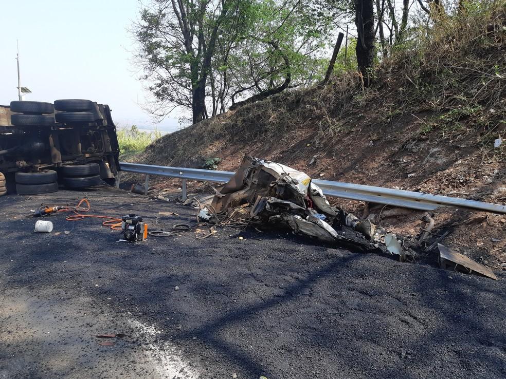 Segundo a PRF, destroços da cabine do caminhão ficaram irreconhecíveis após a violenta batida contra o paredão   — Foto: Polícia Rodoviária Federal/Divulgação