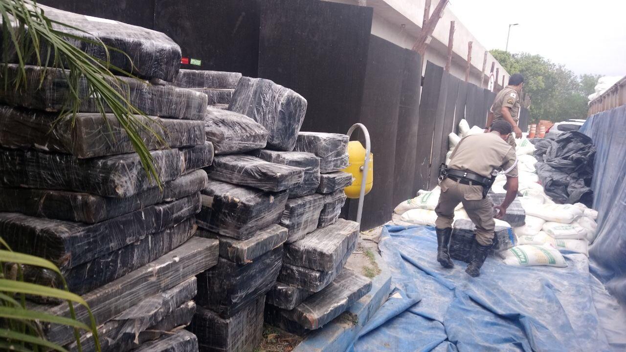 Carreta carregada de drogas e armas é interceptada na MG-050 em Divinópolis
