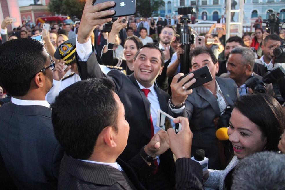 Wilson Lima quebra protocolo e tira selfie com jornalistas em posse — Foto: Rickardo Marques/G1 Amazonas