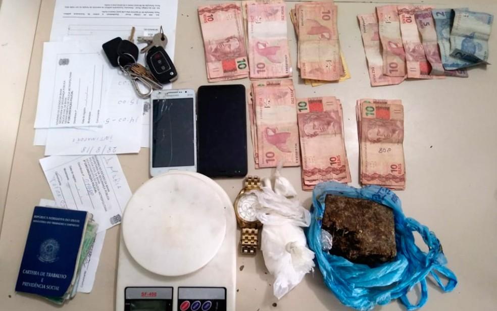 Drogas e balança foram apreendidas dentro do veículo (Foto: Divulgação/SSP-BA)
