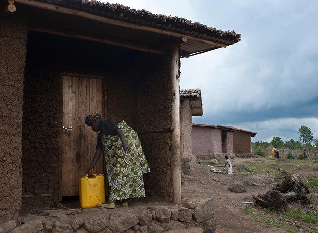 A tribo Batwa ajudou a construir as casas, o que confere um design único às construções (Foto: Will Boase Photography e Craig Howes/ Reprodução)