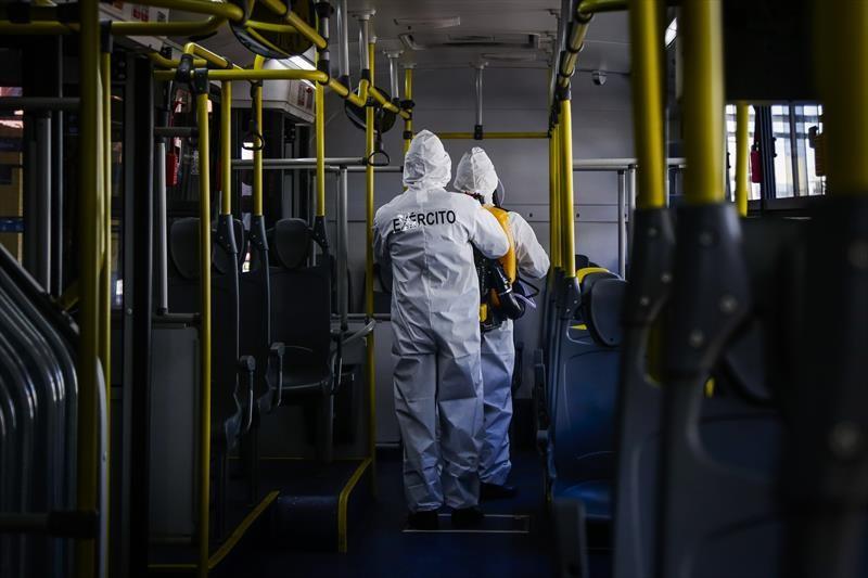 Exército começa a sanitização de toda a frota de ônibus do transporte coletivo de Curitiba
