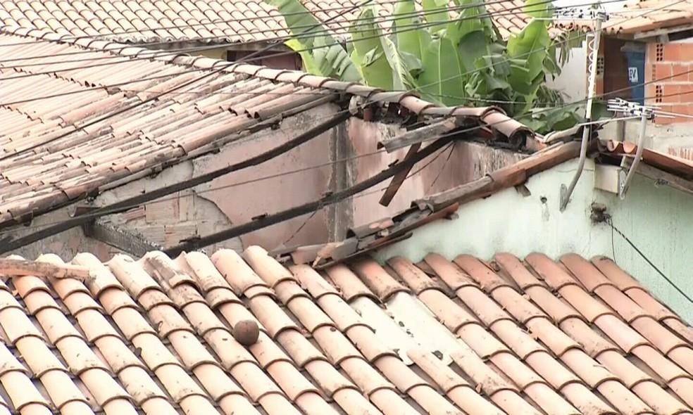 Segundo o Corpo de Bombeiros o calor foi tão intenso que o teto do quarto desabou.  (Foto: Valdir Almeida/G1 Ceará)