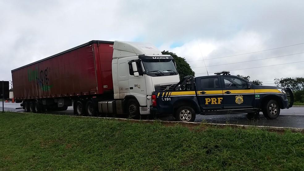 Caminhão foi apreendido pela PRF, em Caetés (Foto: Divulgação/PRF)
