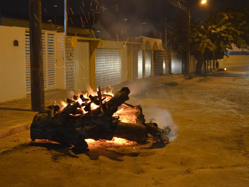 Homem é detido em Salvador suspeito de ameaçar e dar rasteira em vizinha após discussão por causa de fogueira — Foto: Foto: Krys Carneiro/G1