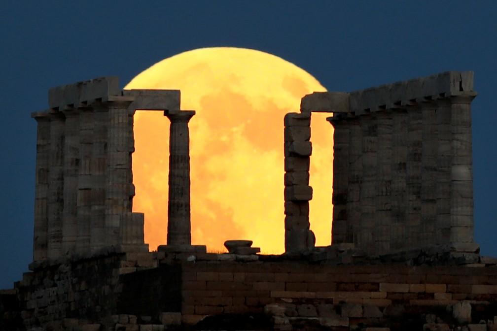 Lua cheia emoldurada pelas ruínas do tempo de Poseidon, na Grécia. (Foto: Alkis Konstantinidis/Reuters)