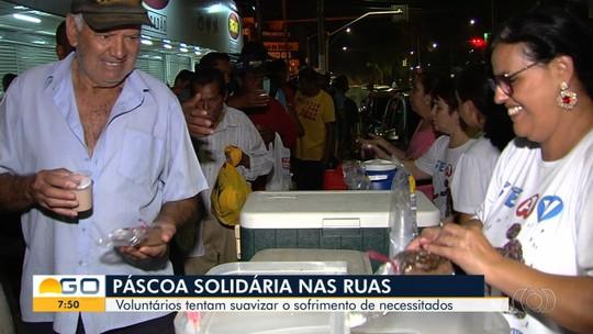 Grupo se reúne para doar refeições e chocolates para moradores de rua, em Goiânia