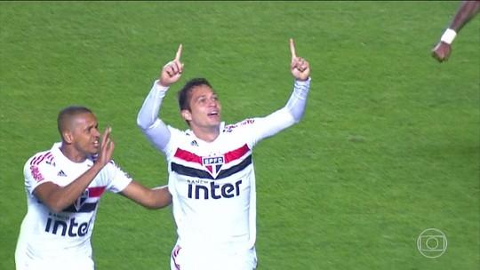 São Paulo confirma boa fase, bate Corinthians e segue na cola do líder Flamengo