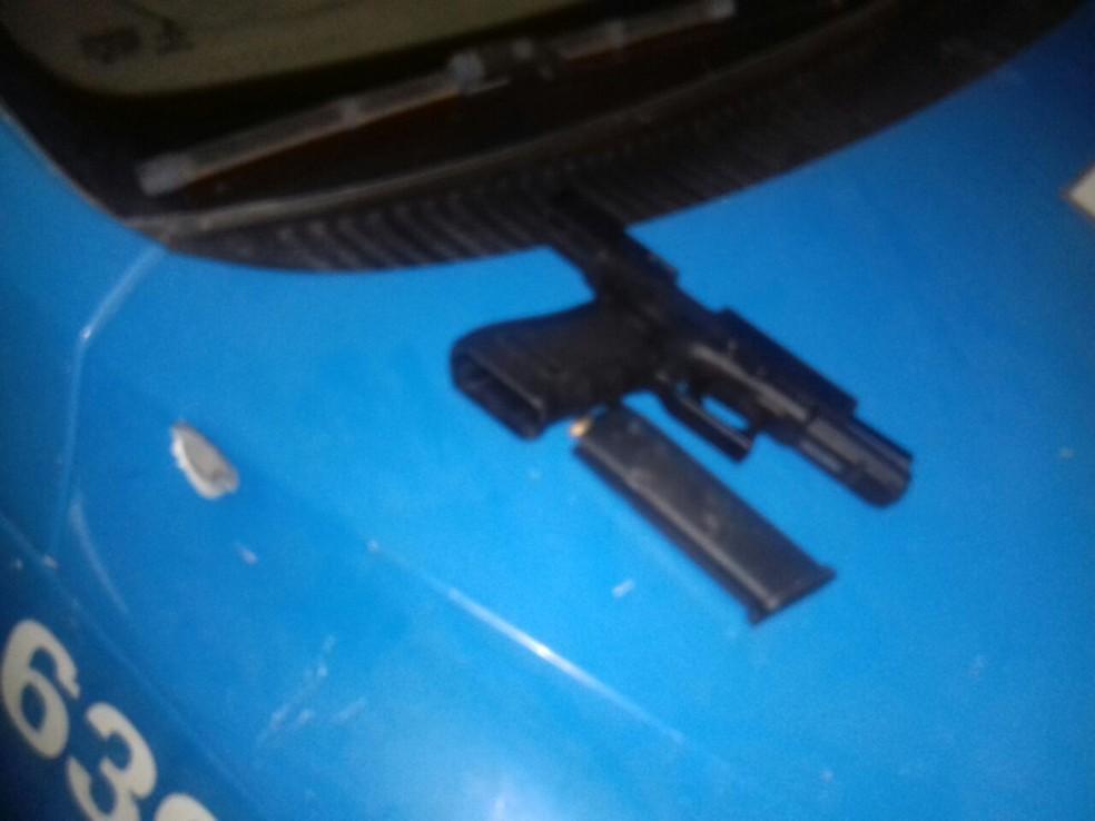 Viatura foi atingida durante perseguição (Foto: Polícia Militar/Divulgação)
