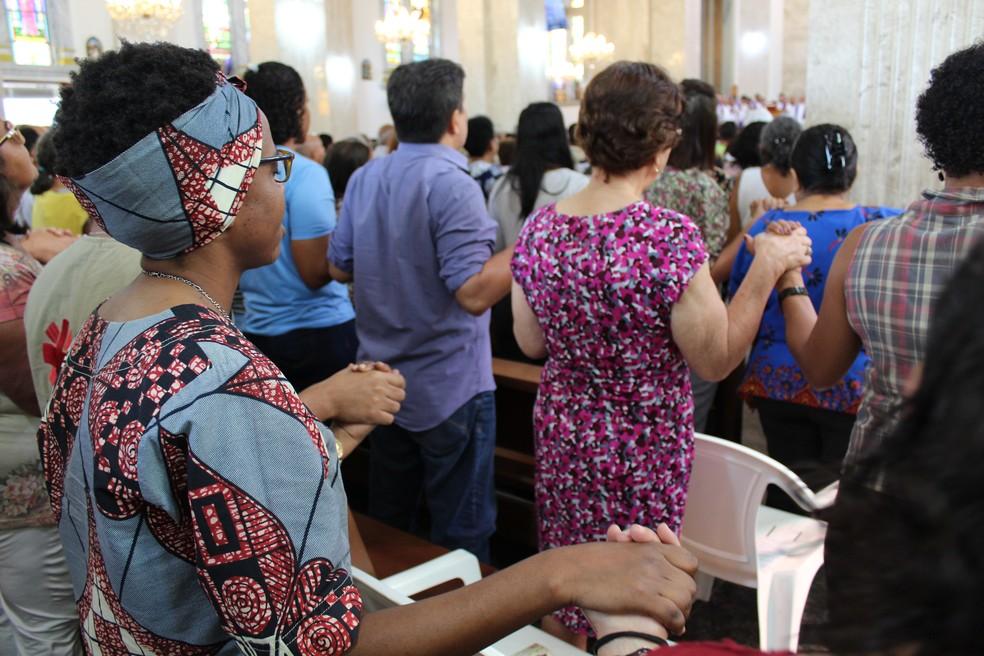 Fiéis católicos rezam durante missa de despedida a Dom Moacyr — Foto: Diêgo Holanda/G1