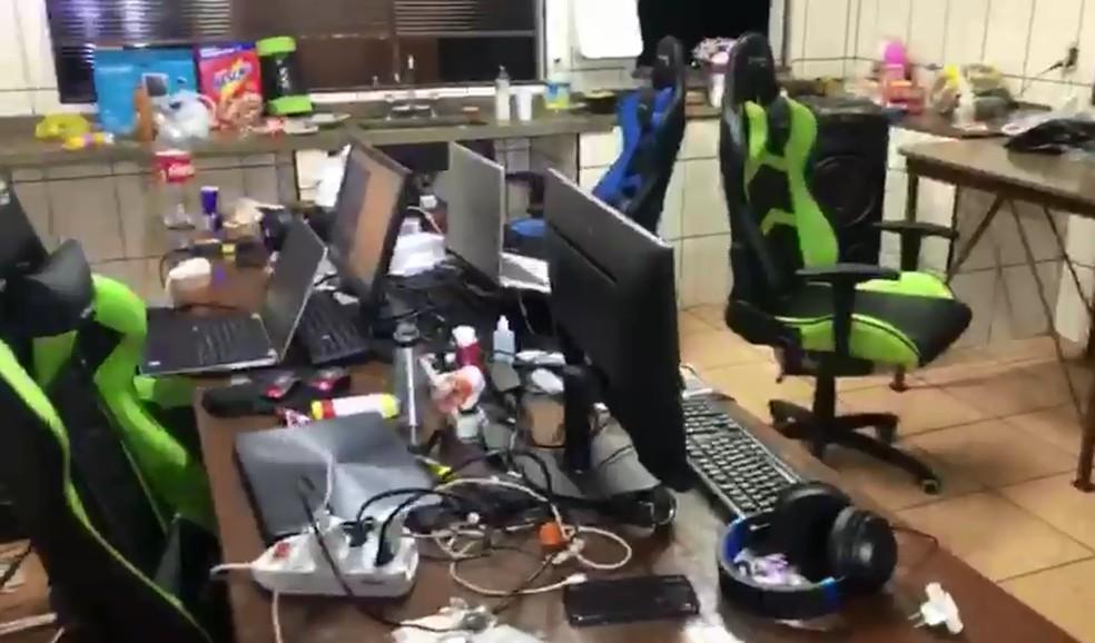 Grupo suspeito de criar perfis falsos na Caixa para sacar auxílio foi localizado em chácara de Lençóis Paulista — Foto: Polícia Militar/Divulgação