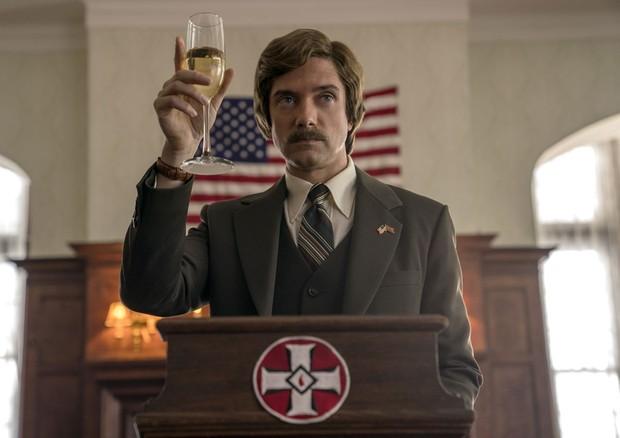 Topher Grace como o diretor da KKK, David Duke, em Infiltrado na Klan (Foto: FOCUS FEATURES)
