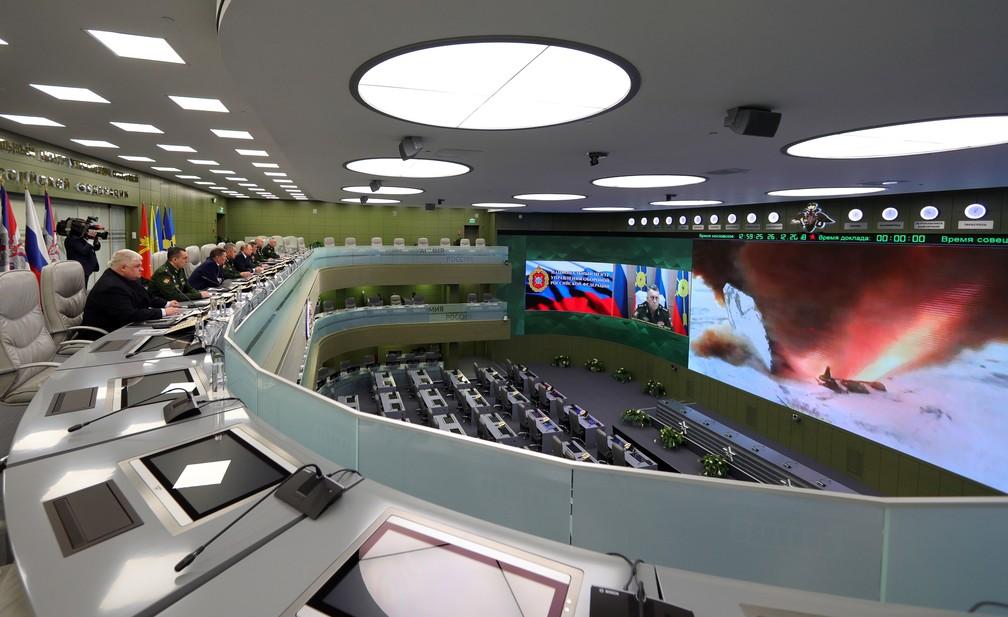 Autoridades russas acompanham nesta quarta-feira (26) em centro de Moscou o teste do míssil russo Avangard — Foto: Mikhail Klimentyev, Sputnik, Kremlin Pool Photo via AP