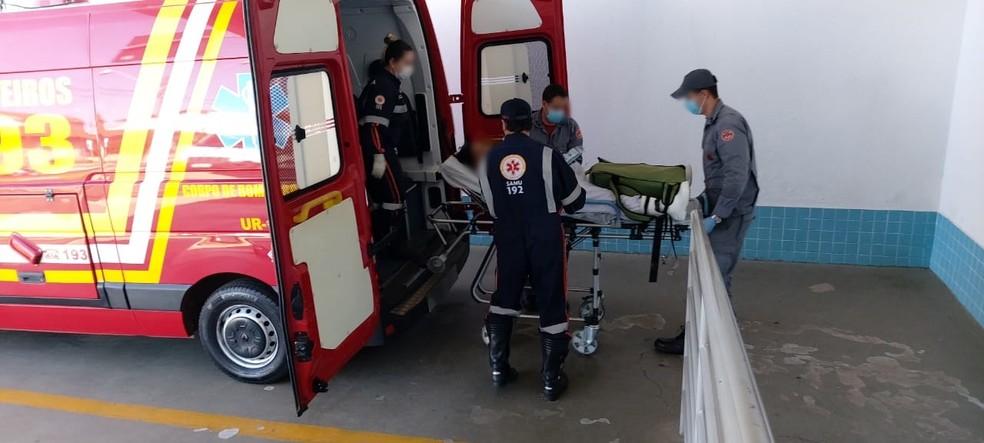 Funcionária fica ferida depois de prender acidentalmente mão em máquina de cortar carne em frigorífico — Foto: Corpo de Bombeiros/Divulgação