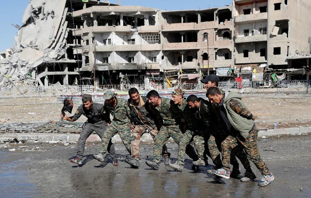Mem bros da FDS dançam em rua de Raqqa após derrota do grupo Estado Islâmico (Foto: REUTERS/Erik De Castro )