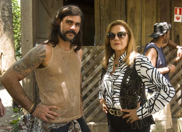Mariano (Juliano Cazarré) e Sophia (Marieta Severo) são personagens de destaque em 'O Outro Lado do Paraíso' (Foto: Divulgação/TV Globo)