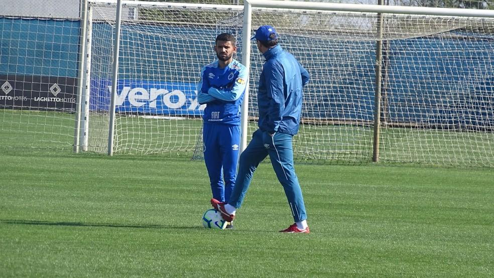 Jadson e Rogério Ceni tiveram uma breve conversa no CT do Grêmio — Foto: Gabriel Duarte