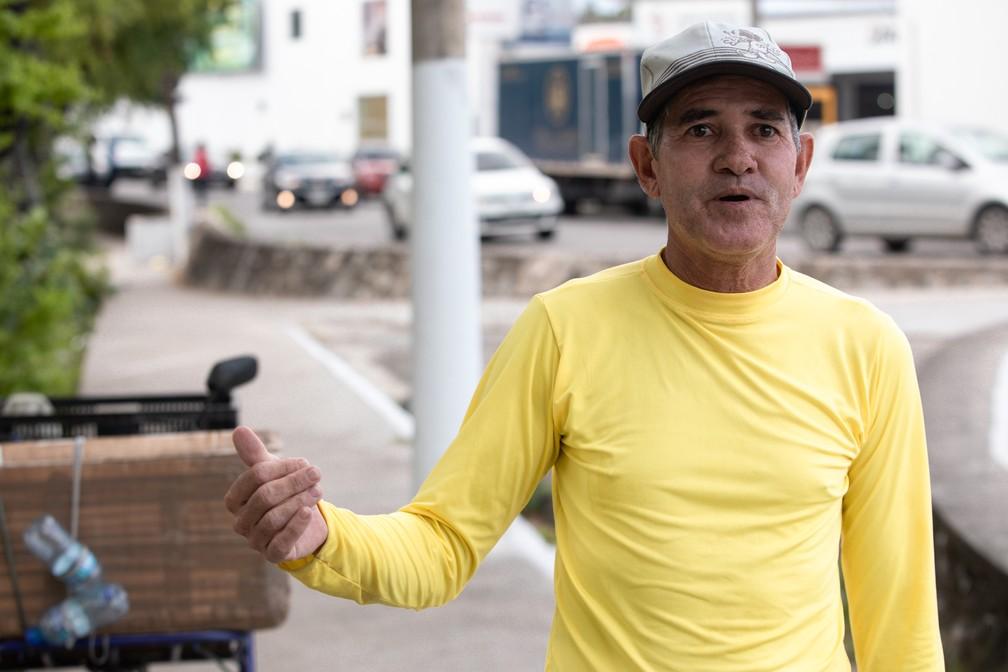 O vendedor ambulante Jair Alves vende água às margens do Riacho Salgadinho, em Maceió — Foto: Marcelo Brandt/G1