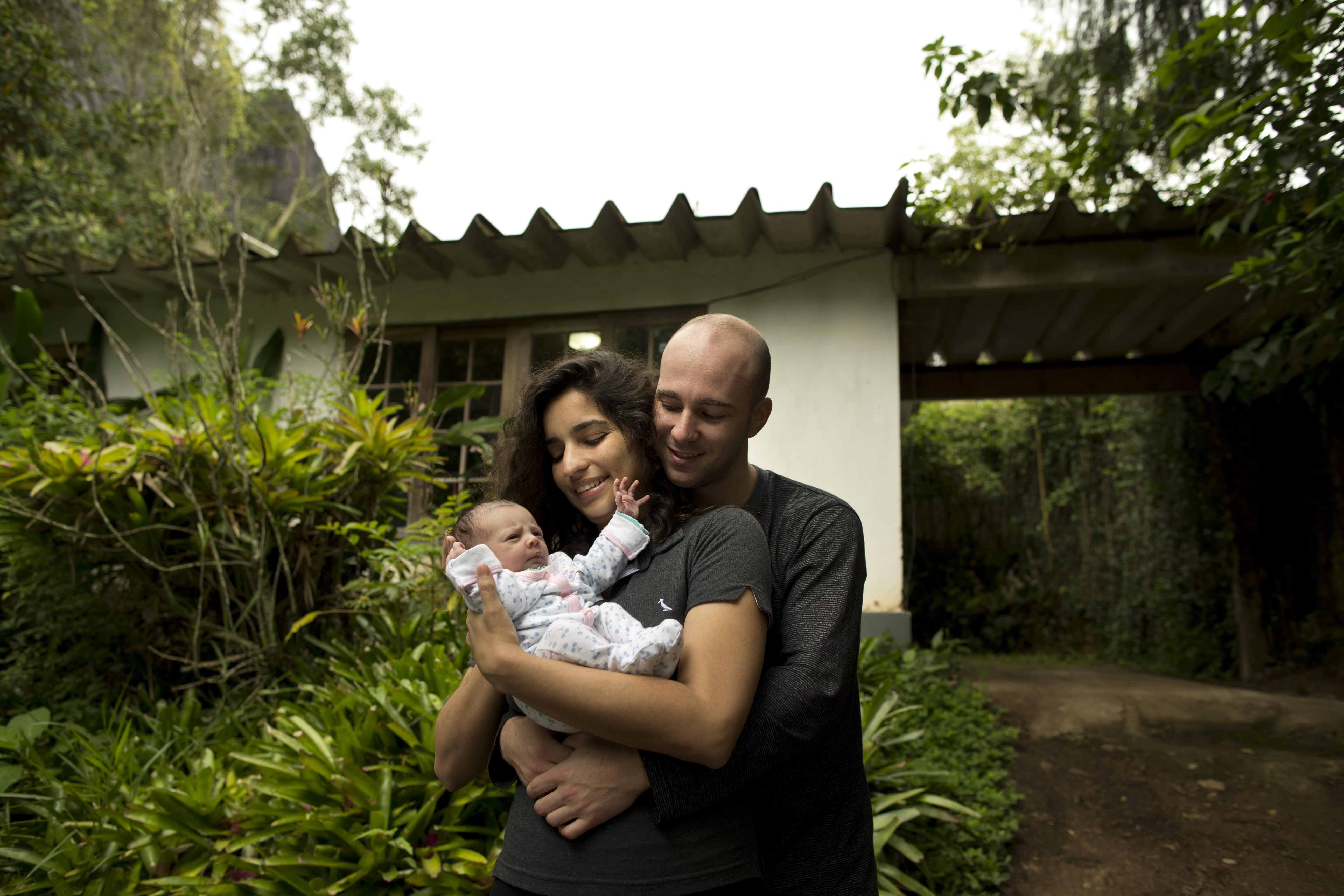 Isabela Sant'Anna e Diego Nin seguram a filha, Aurora
