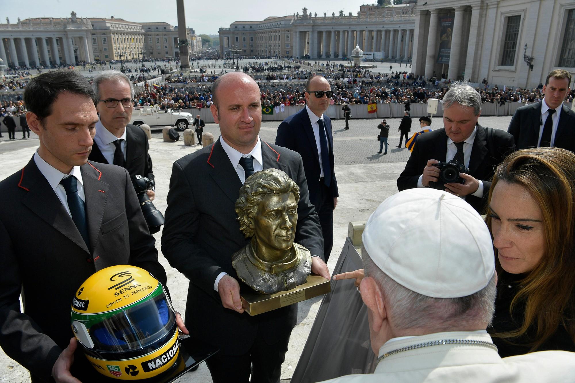 Papa recebe busto e capacete de Senna