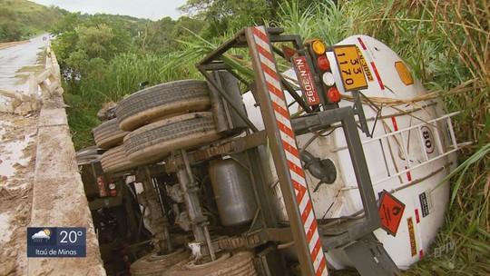 Caminhão-tanque carregado com 45 mil litros de etanol tomba na BR-491, em Paraguaçu, MG