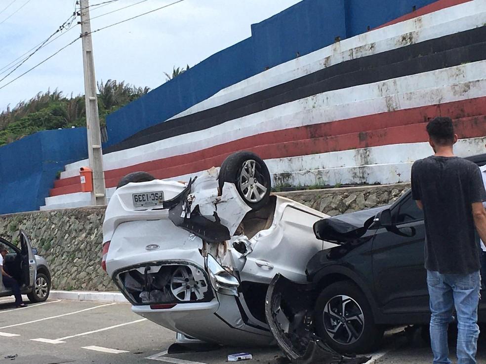 Carro capota na Avenida Litorânea em São Luís (MA) — Foto: Divulgação/Redes sociais