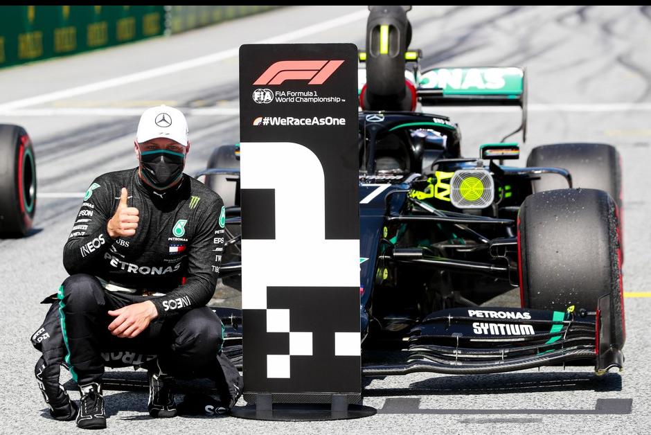 Valtteri Bottas comemora a pole position no GP da Áustria em 2020 (Foto: Divulgação)