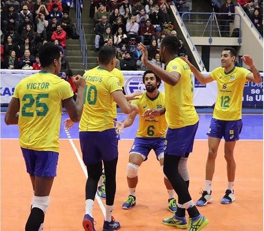 Brasil passa fácil pelo Equador na estreia do Sul-Americano Masculino