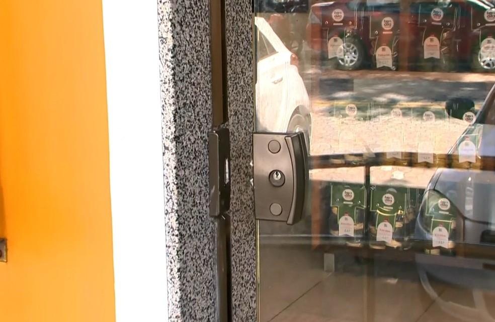 Loja foi arrombada na frente de delegacia em Vitória — Foto: Reprodução/ TV Gazeta