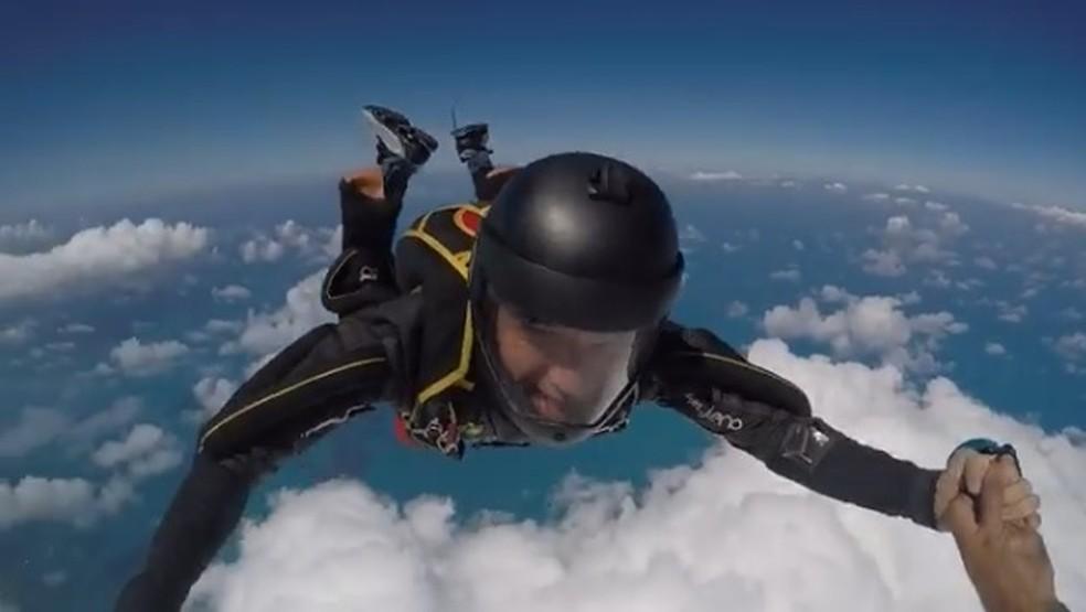 O cantor Waldonys em salto de paraquedas em que precisou recorrer ao equipamento reserva. — Foto: Reprodução/Instagram