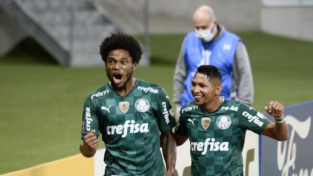 Luiz Adriano e Rony comemoram gol do Palmeiras contra o Independiente del Valle