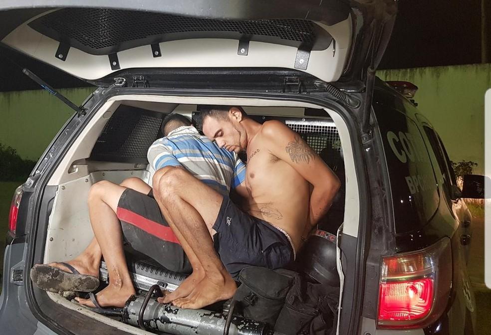 José Avelino Rodrigues Júnior e João Gabriel da Silva Rodrigues foram presos em flagrante e encaminhados para o 32º Distrito Policial, na Granja Lisboa. — Foto: Rafaela Duarte/ Sistema Verdes Mares