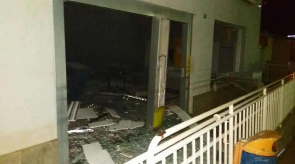 Quadrilha armada explode caixas eletrônicos de agência bancária em Heliodora — Foto: Reprodução/EPTV