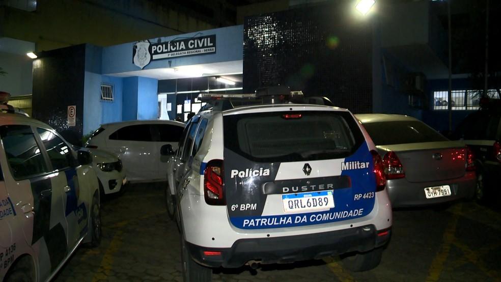 Suspeito foi levado para a Delegacia Regional da Serra — Foto: Reprodução/TV Gazeta
