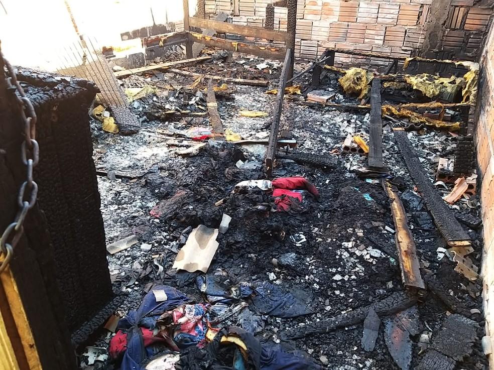 Três crianças morreram carbonizadas após serem deixadas trancadas em casa por mãe que foi para bar — Foto: Eldérico Silva/ Rede Amazônica