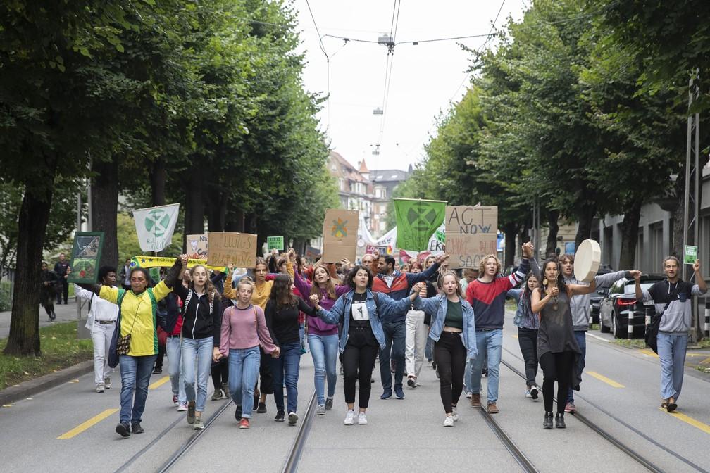 Manifestantes também se reuniram nesta sexta (23) na capital da Suíça, Berna, para pedir a preservação da Amazônia. — Foto: Peter Klaunzer/Keystone via AP