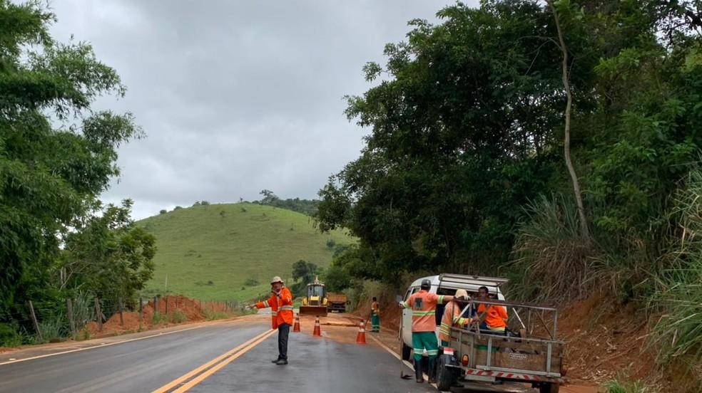 Trânsito está em pare e siga na estrada que liga Natividade a Porciúncula por causa de lama na pista — Foto: João Vitor Brum/Inter TV