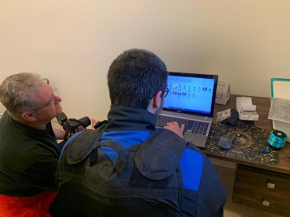 Foram apreendidos computadores com imagens com fotos e vídeos de pornografia infantil em oito cidades.  — Foto: Polícia Civil/Divulgação