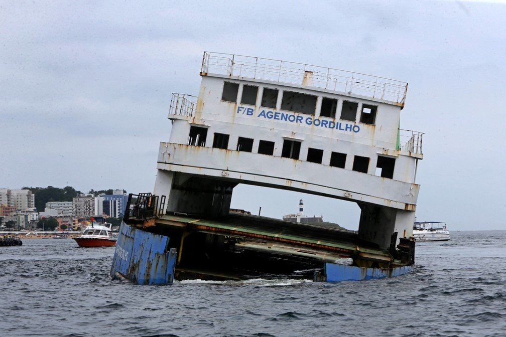 Momento do afundamento do ferry Agenor Gordilho em Salvador — Foto: Camila Souza/GovBA