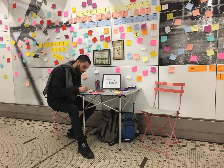 Em 2017, passageiros do metrô de Bruxelas deixaram recados positivos para celebrar o Dia Internacional da Felicidade (Foto: Divulgação/Subway Therapy)