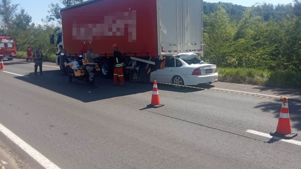 Acidente deixa uma pessoa morta na ERS-122 — Foto: Jonas Campos/RBS TV