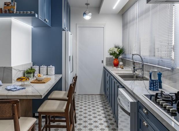 Ainda que estreita, a cozinha é bem funcional por causa das grandes e longas bancadas. Os armários conferem praticidade para guardar diversos itens (Foto: Renato Navarro)