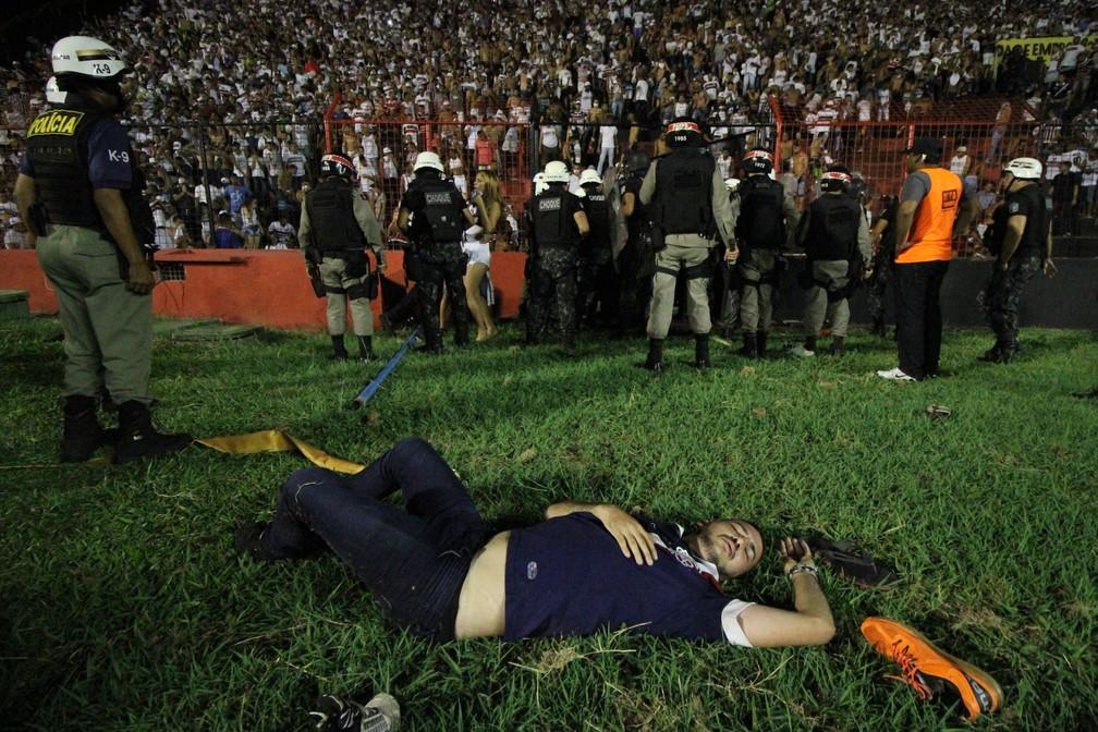 Torcedor desmaiado após passar por aperto (Foto: Marlon Costa / Pernambuco Press)