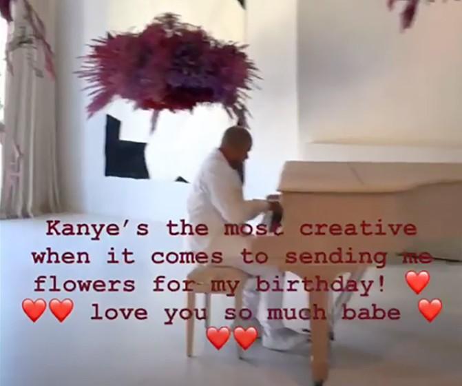 O rapper Kanye West ao piano e cercado pelas flores que deu de presente de aniversário a Kim Kardashian (Foto: Instagram)