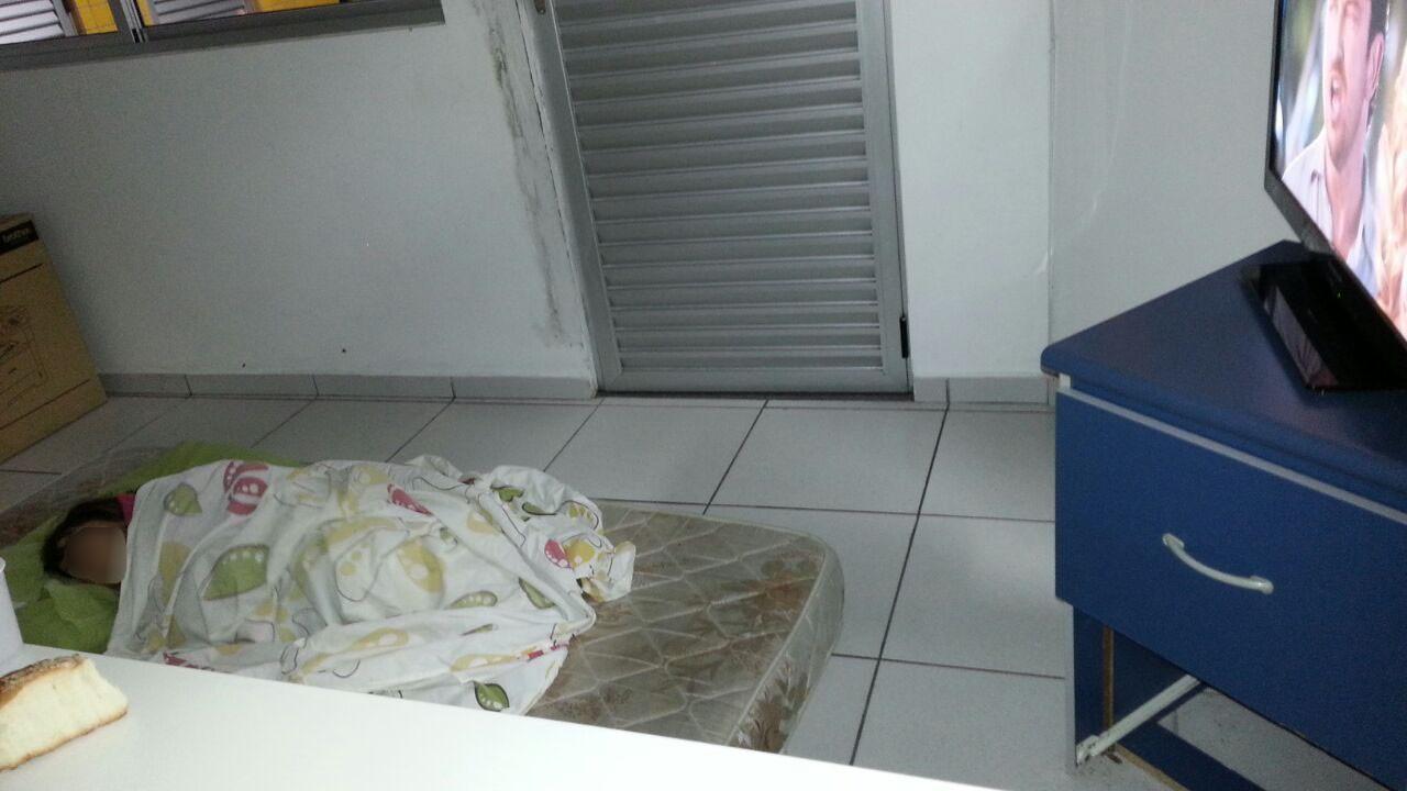 Policiais improvisaram cama em posto para que menina pudesse dormir (Foto: Divulgação/PRF)