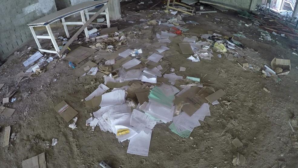 Em dois andares, há documentos da obra e do hospital Agamenon Magalhães, no Recife, espalhados pelo chão — Foto: Reprodução/TV Globo